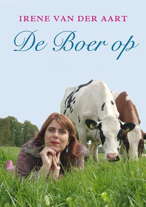 Irene van der Aart op haar buik in de wei voor koeien